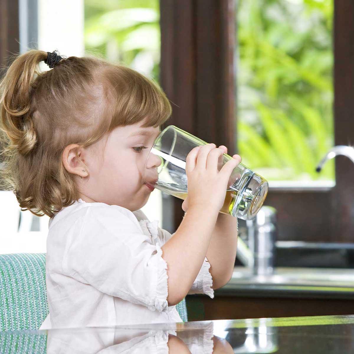 enfant qui boit de l'eau adoucie