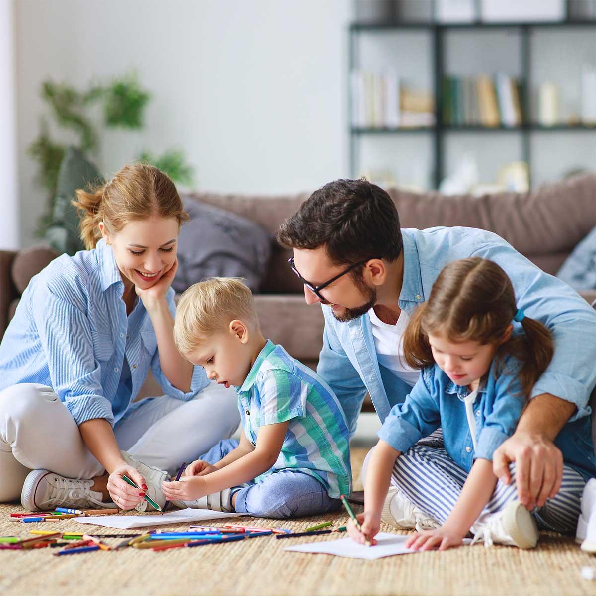 Famille heureuse dans une maison confortable