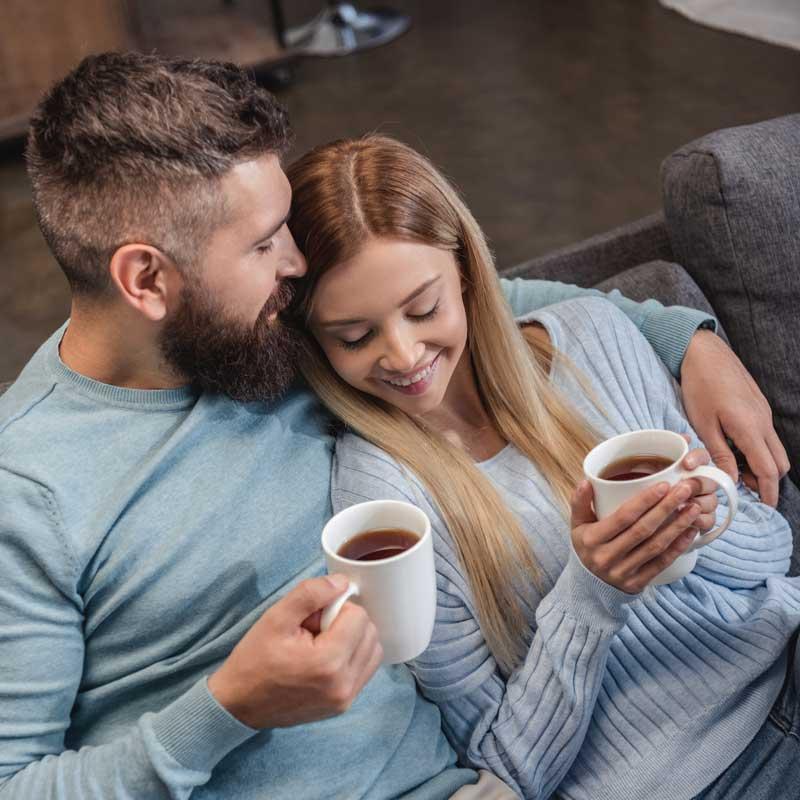 couple qui boit un café au chaud à la maison